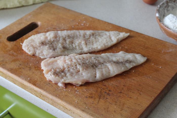 Шницель из куриной грудки на сковороде
