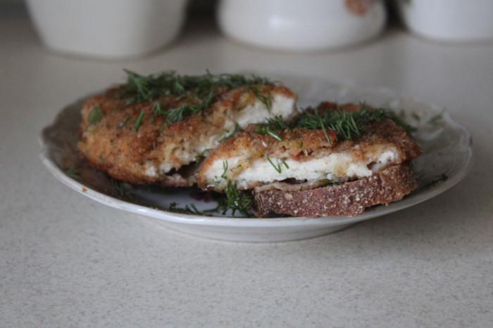 Куриный шницель в панировке из яйца с сыром и сухарей