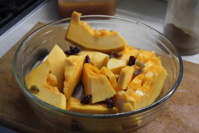 Запеченные тыква с медом, сухофруктами и специями