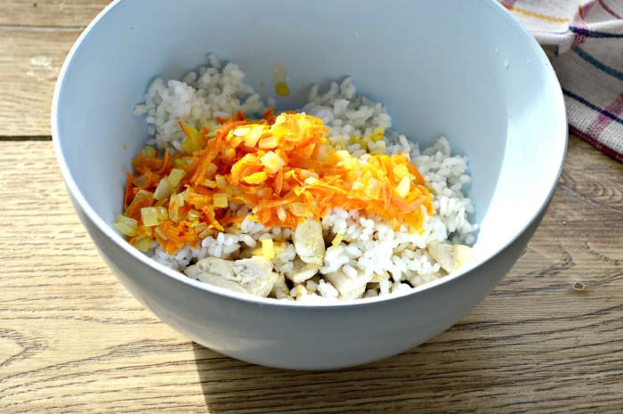 Вкусная начинка рис с мясом курицы, луком и морковью