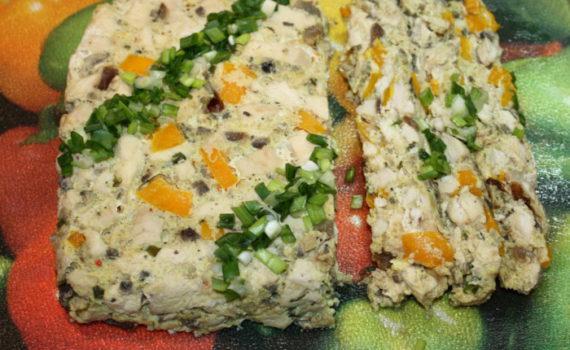 Мясной террин из курицы с грибами и желтым перцем в духовке