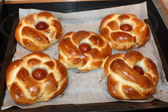 Сдобные пасхальные булочки с начинкой и крашеным яйцом