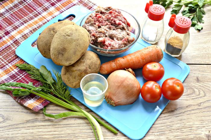 Картофель тушеный с фаршем и овощами на сковороде