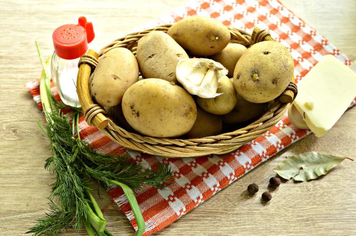 Вареная молодая картошка с чесноком и зеленью