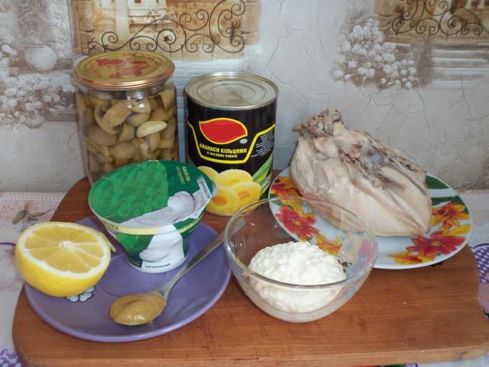 Куриный салат с ананасом и грибами