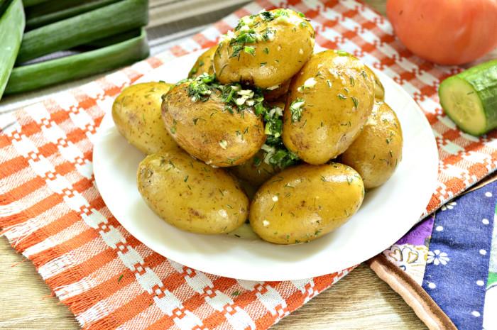 Молодая картошка в кожуре с укропом и чесноком