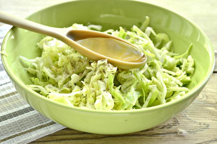 Салат из капусты и свежих огурцов с уксусом