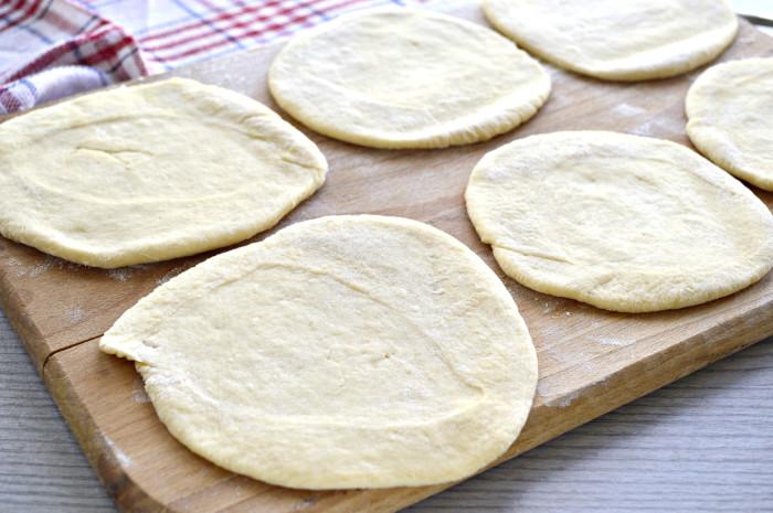 Мясные пирожки из дрожжевого теста