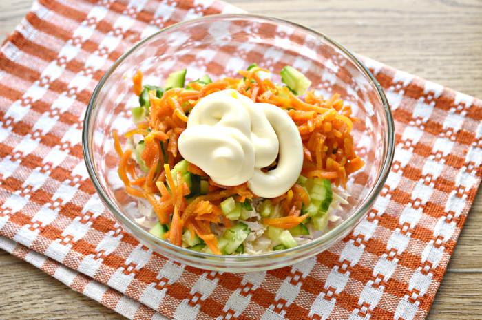 Сырный салат с плавленным сыром и курицей, морковью по-корейски и огурцом в тарталетках