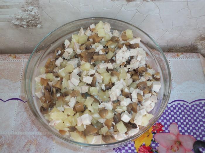 Королевский салат с курицей, ананасами, грибами и йогуртовой заправкой