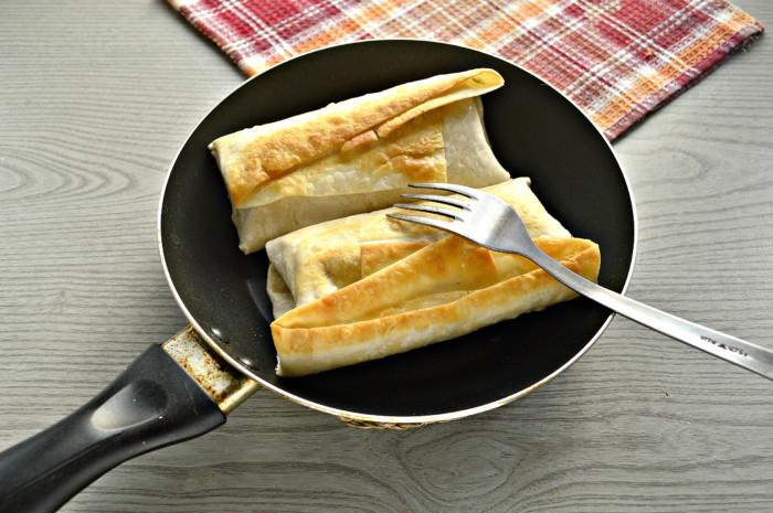 Сосиски в лаваше на сковороде