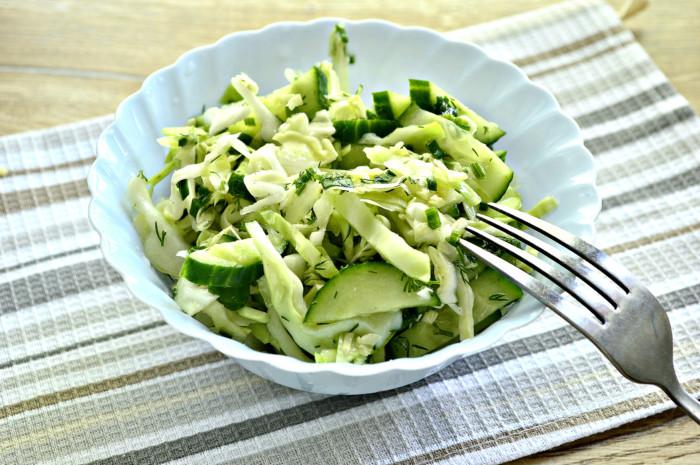 Салат из свежей капусты с огурцом, уксусом и подсолнечным маслом