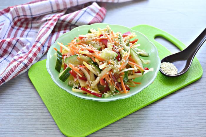 Витаминный салат с кунжутом и огурцом