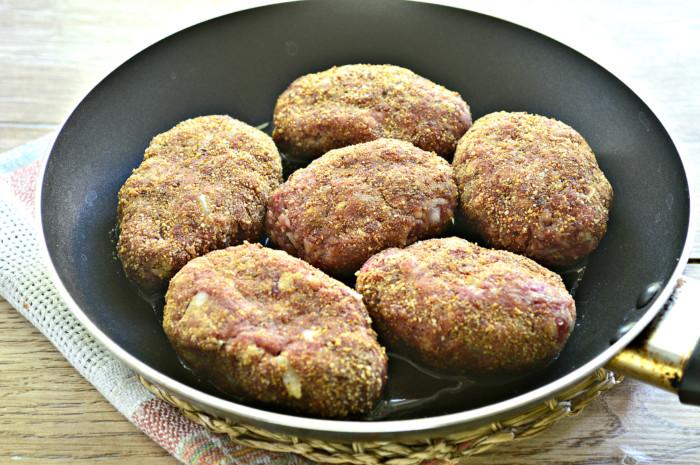 Мясные котлеты с тертым картофелем