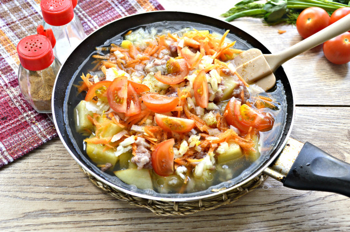 Тушеный картофель с фаршем на сковороде