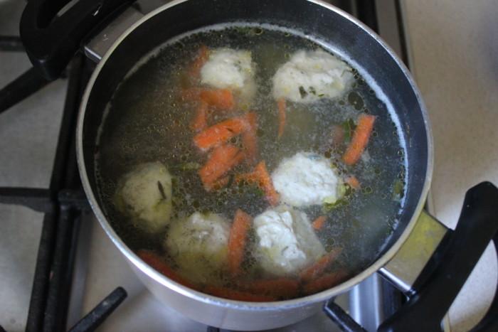 Суп из шпината со сливками и фрикадельками