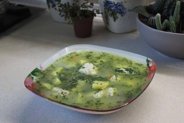 Сливочный суп со шпинатом и куриными фрикадельками