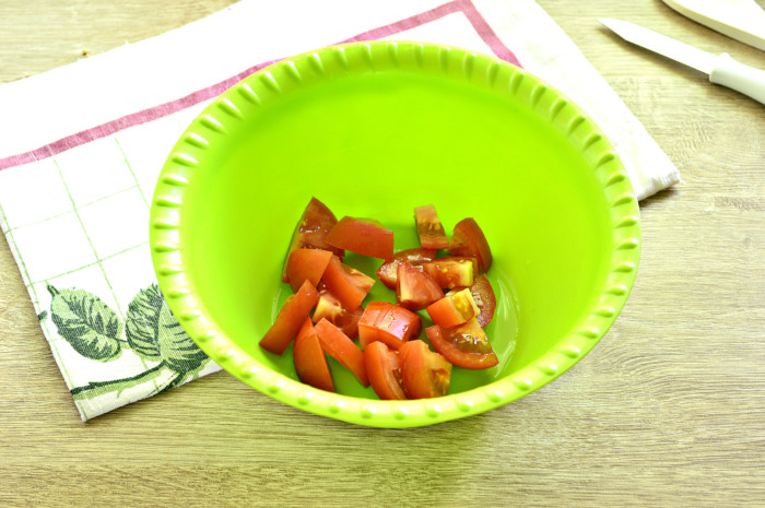 Майонезный салат из редиски с помидорами