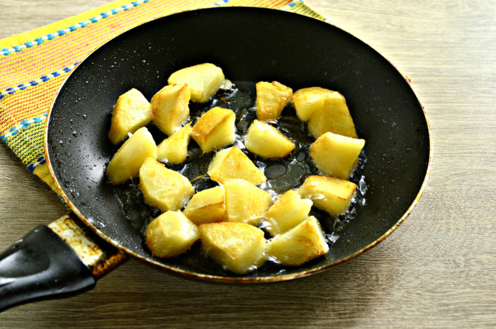 Теплый салат с картошкой, огурцами, сыром и зеленым горошком