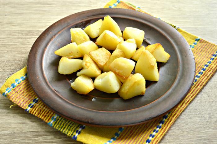 Теплый салат с картофелем, огурцами, сыром и зеленым горошком