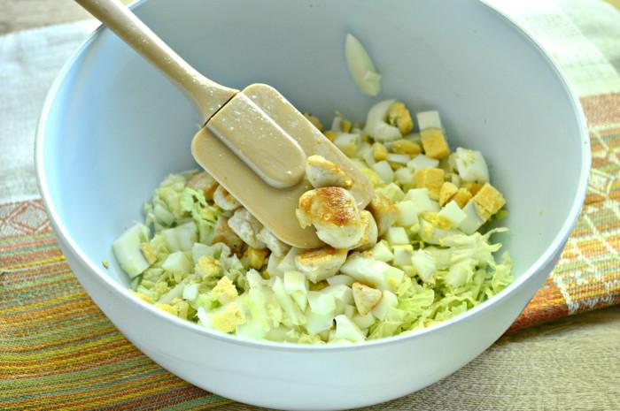 Майонезный салат с курицей, пекинской капустой и сухариками
