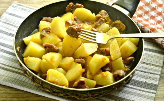 Картошка с тушенкой на сковороде