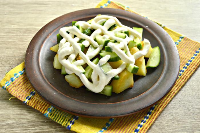Теплый картофельный салат с огурцами, сыром и зеленым горошком