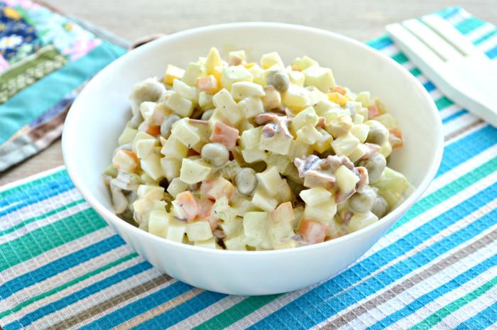 Салат из консервированных кальмаров с яйцом и овощами