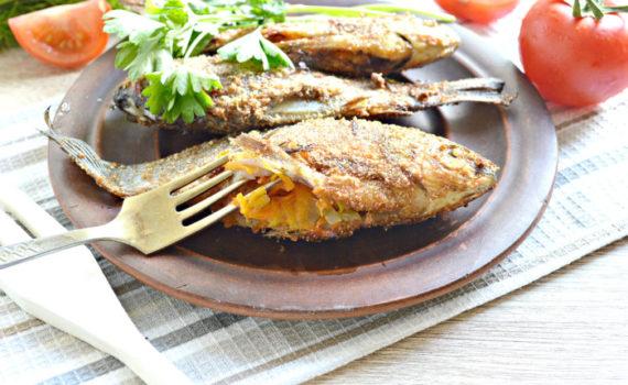 Карась жареный на сковороде и фаршированный луком и морковью