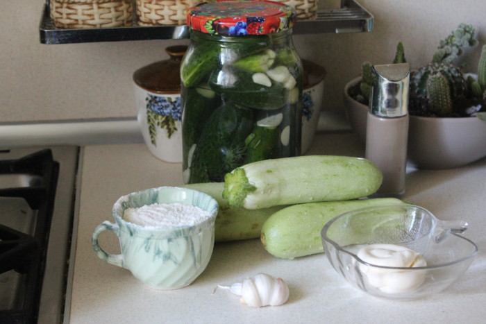 Кабачковые рулетики с чесночным соусом, зеленью и огурчиками