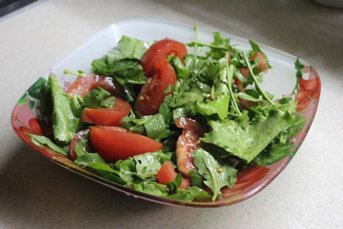Салат с рукколой, помидорами, листьями салата и щавелем заправленный тыквенным маслом