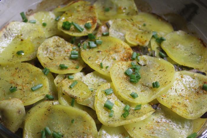 Картофельная запеканка с грибами и щавелем