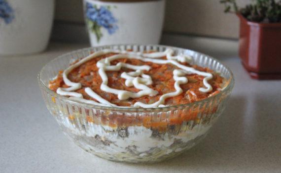 Слоеный печеночный салат с морковью и луком, яйцами и картошкой