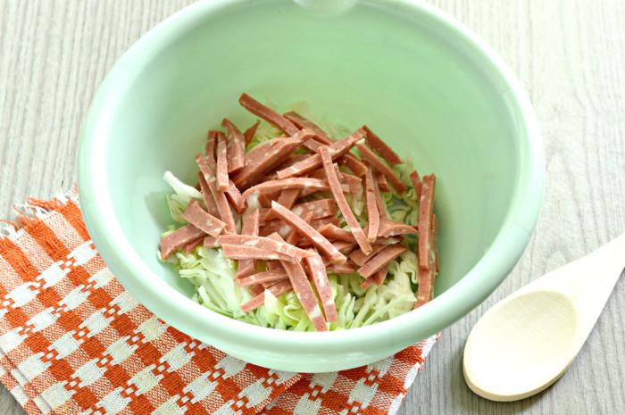 Салат с сухариками, корейской морковкой, колбасой