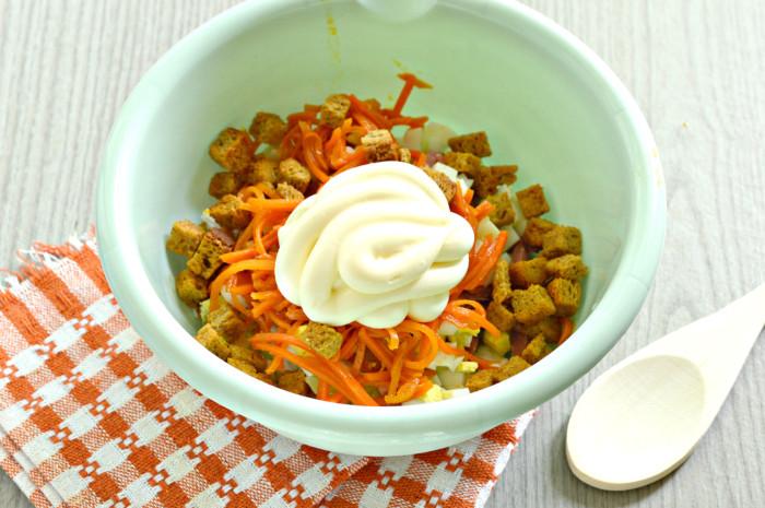 Салат с корейской морковью, колбасой и сухариками - вкусный майонезный салат