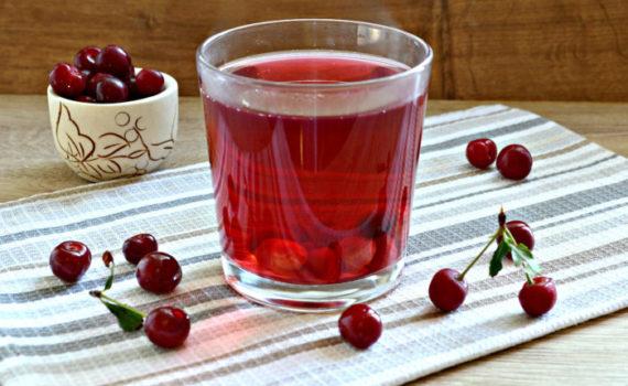 Компот из вишни в кастрюле - свежий и вкусный домашний напиток