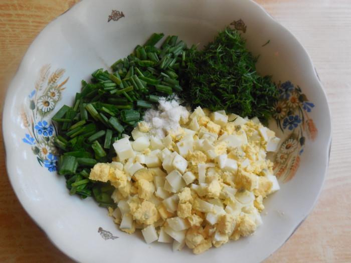 Лепешки с яйцом и луком на сковороде