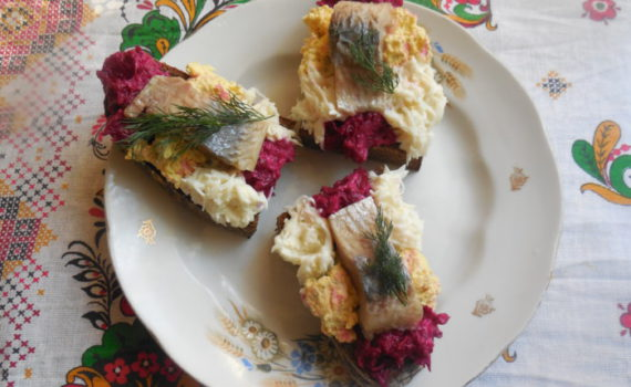 Закусочные бутерброды с селедкой, свеклой и яйцами на черном хлебе