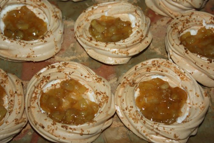 Пирожное Павлова с творожным кремом и грушей