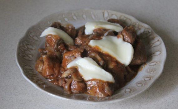 Мясное рагу с говядиной, грибами и сыром сулугуни