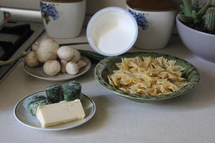 Бабочки фарфалле в сливочном соусе из шпината и грибов