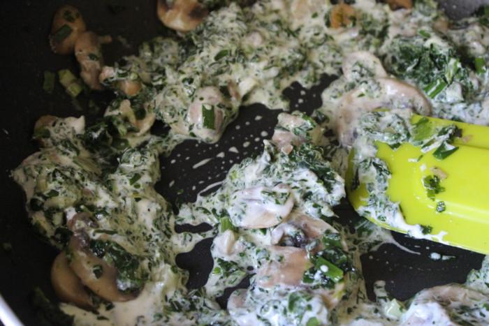Паста фарфалле с соусом из шпината и шампиньонов
