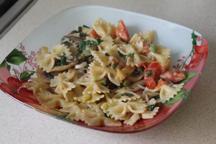 Бабочки фарфалле с грибами, базиликом и томатами - домашняя итальянская паста