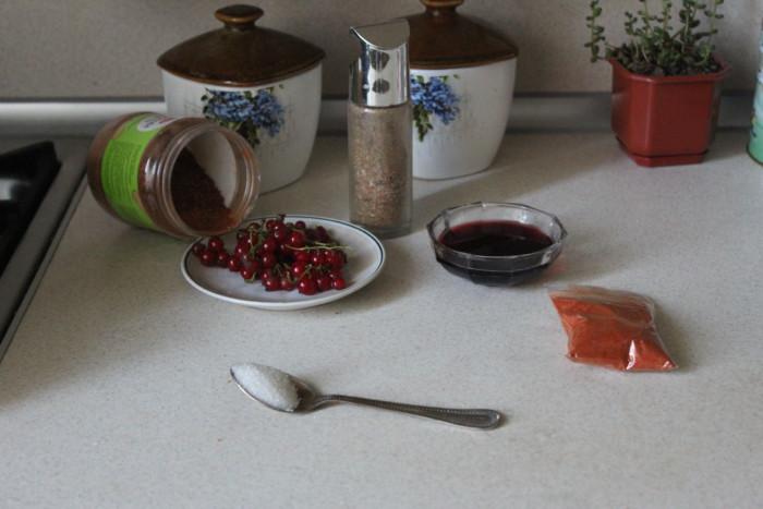 Куриная грудинка в соусе из красной смородины и вишни