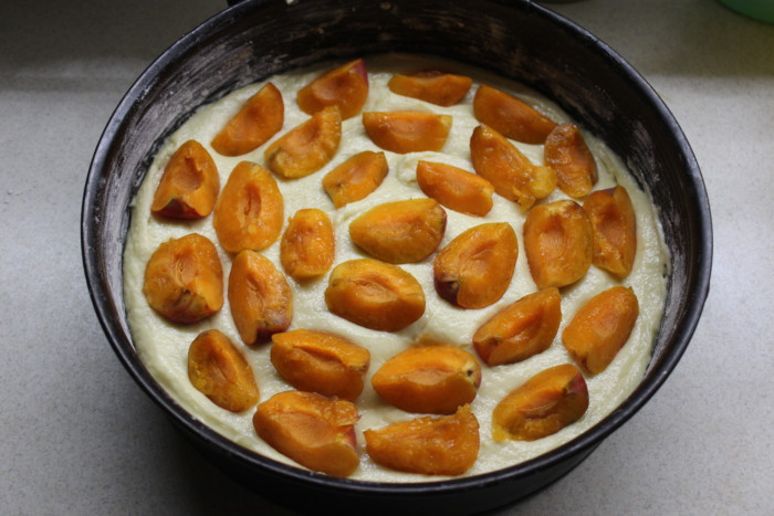 Открытый пирог с абрикосами и карамельной корочкой