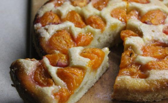 Открытый пирог с абрикосами и карамельной корочкой - очень вкусный
