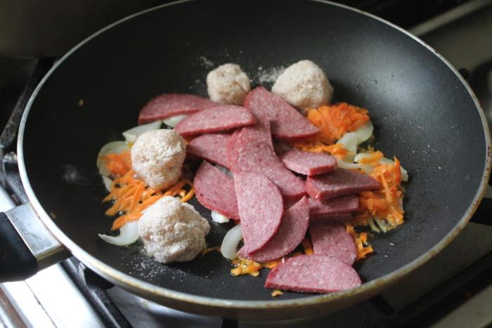 Картошка с колбасой в горшочке - запеченный картофель по-охотничьи