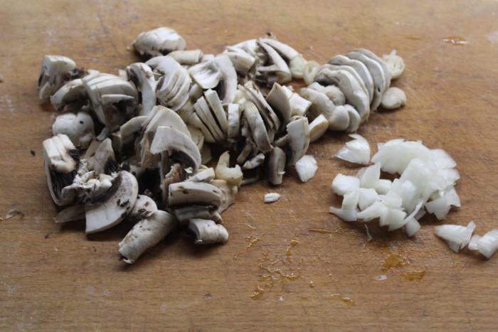 Рулетики из куриной грудки с начинкой из грибов и картошки