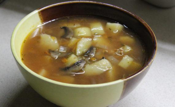 Томатный суп с чечевицей и грибами