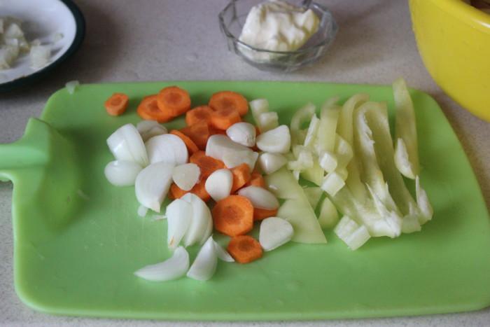 Молодая картошка в горшочках с колбасой и овощами